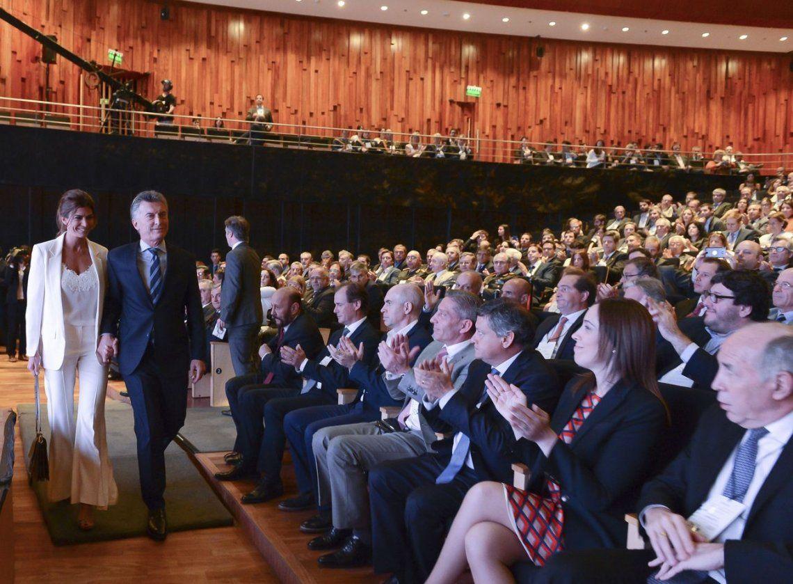 Macri deja el CCK acompañado de su esposa Juliana Awada luego del discurso de asunción en el G20