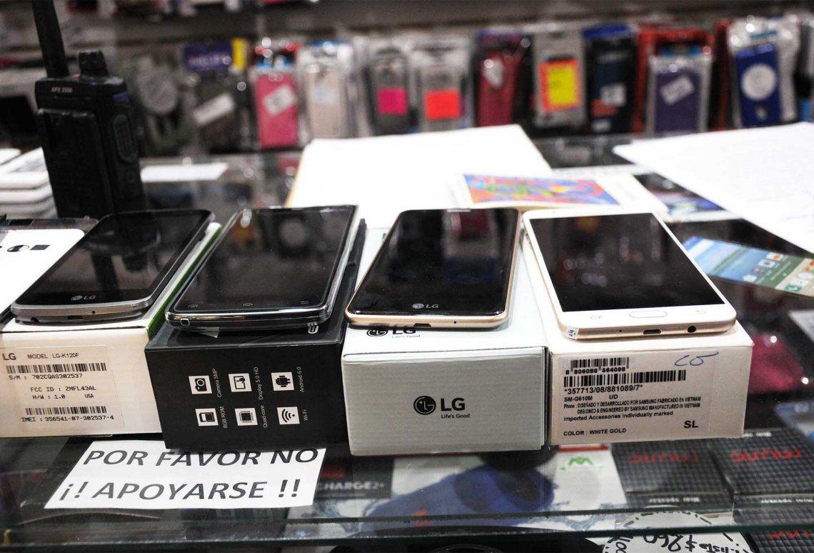 Operativo contra la venta ilegal de celulares en Morón