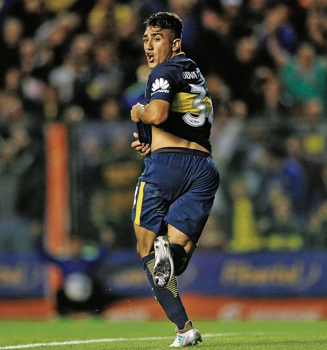 Guido Vadalá mira al línea y sale a festejar su primer gol en Primera con la camiseta de Boca.