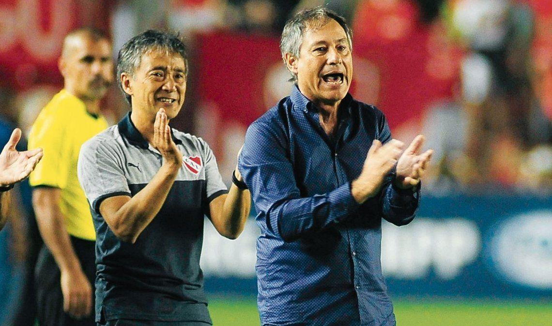 dAriel Holan felicita a sus dirigidos. El Rojo dio vuelta el partido y sueña con la Sudamericana.