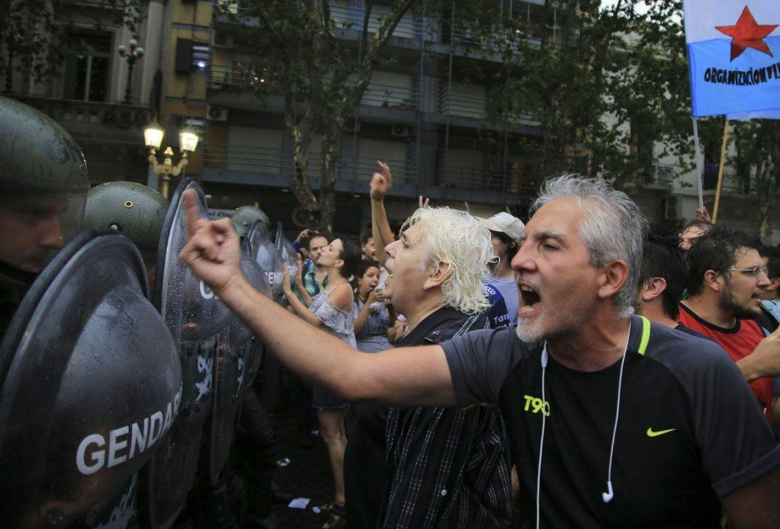 La marcha contra la reforma acabó con un diputado herido y el Congreso vallado