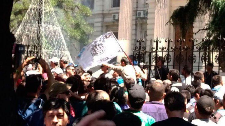 En La Plata también hubo incidentes fuera de la Legislatura
