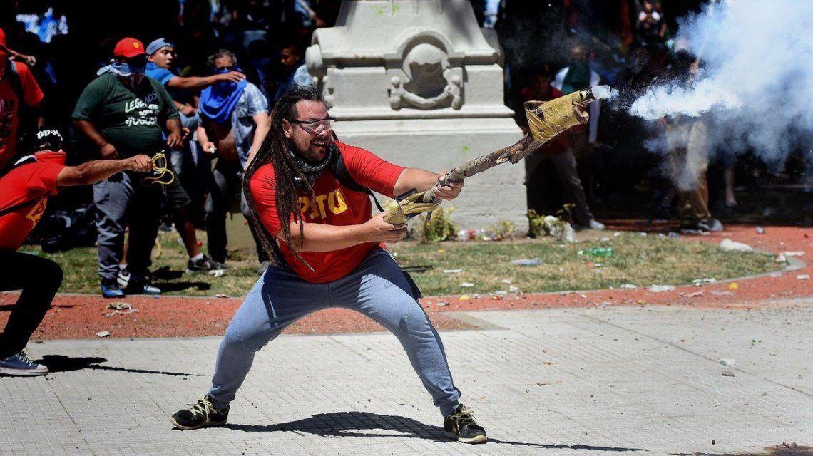 Ordenan la captura internacional de Sebastián Romero, el militante del arma tumbera en el Congreso