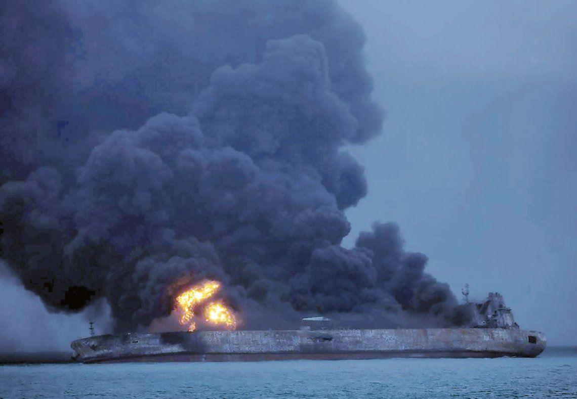 "dEl buque petrolero ""se incendió completamente"""