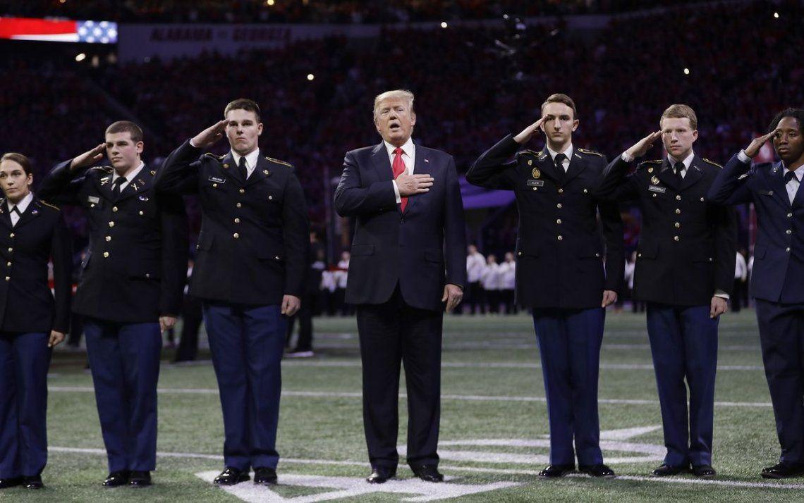 Trump se olvidó el himno y temen por su salud mental