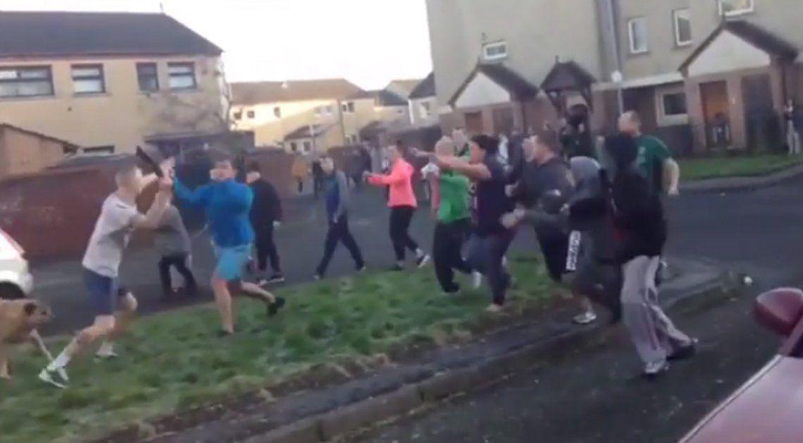 Video | Más de 30 personas se molieron a golpes en impresionante batalla campal en Irlanda
