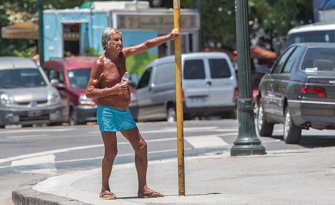 dEl vivo retrato del efecto aplastante que tuvo el calor ayer al mediodía en una esquina de Palermo.