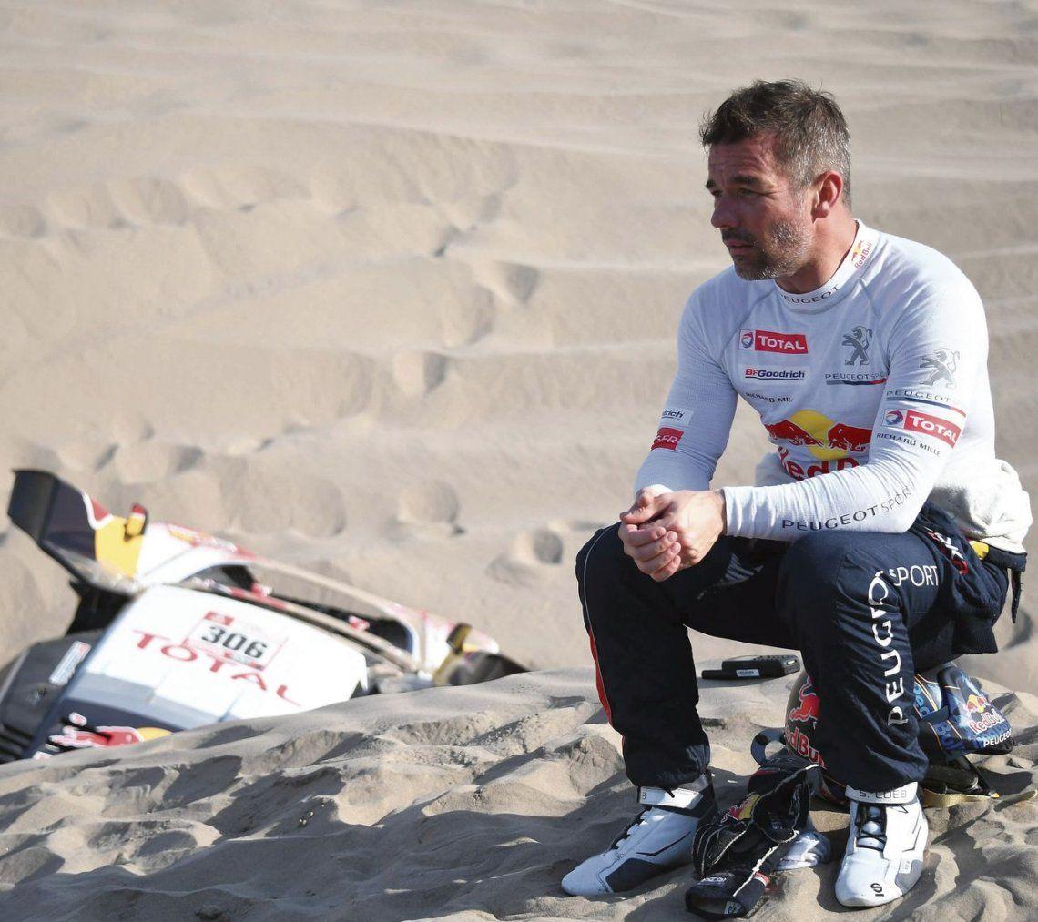 dLa tristeza de Sebastien Loeb luego del abandono y con su auto tirado a un costado.