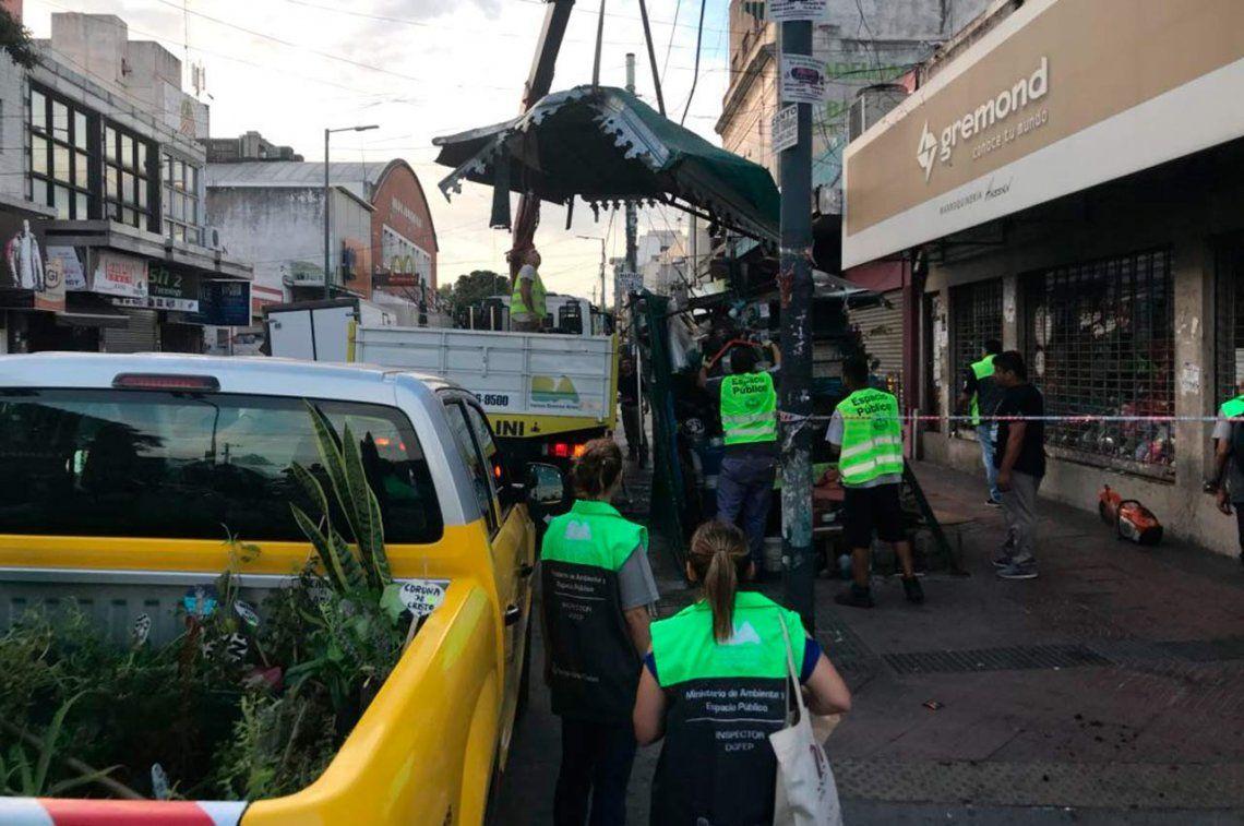 Importante operativo en Liniers para desalojar manteros