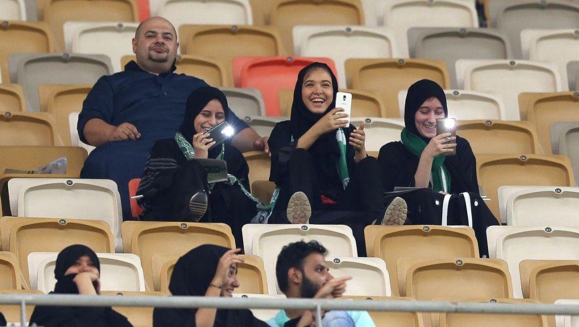 Por primera vez, las mujeres pudieron ir a la cancha en Arabia