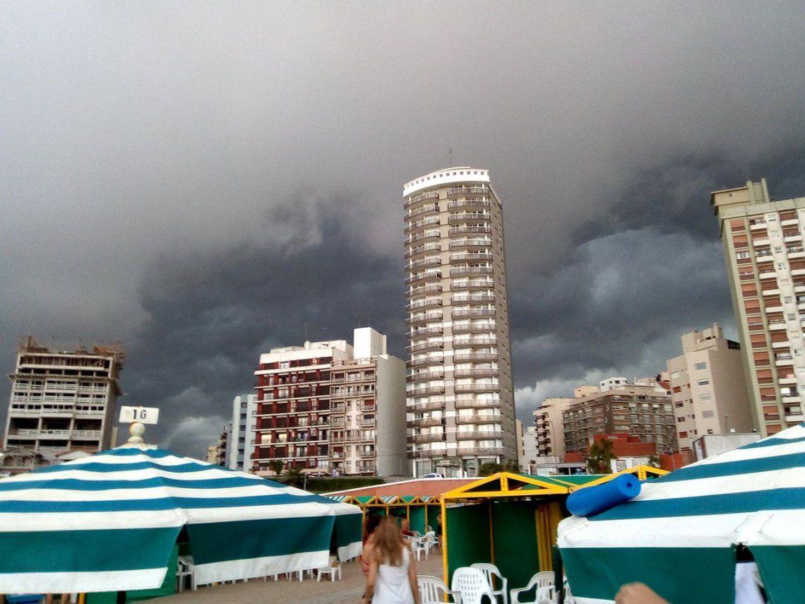 Pese a todos los pronósticos, la tarde gris convocó a la playa de Mar del Plata