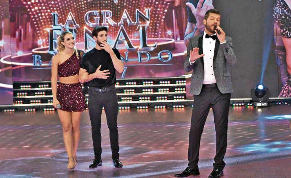 dTinelli con la pareja ganadora de 2017. Desde Punta del Este supervisa los movimientos para volver a la TV.