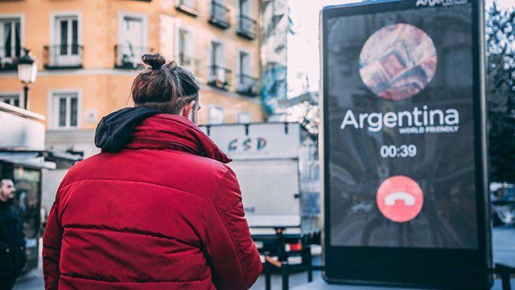 Un teléfono gigante en Madrid para alentar el turismo en Argentina