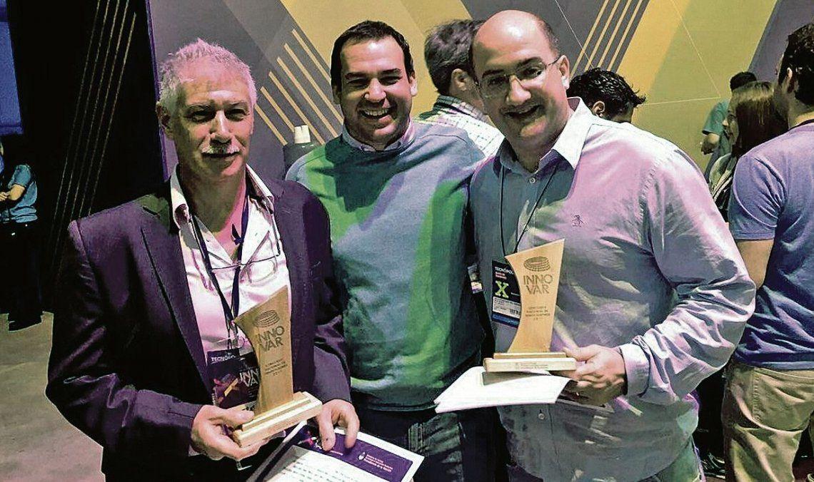 dEl doctor Ignacio Berra (derecha) cuando fue distinguido con el Premio Innovar 2017.