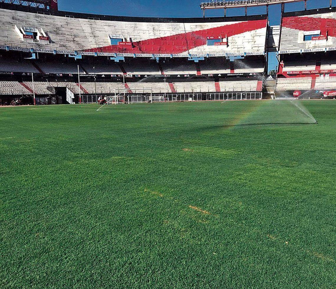 dAl césped del estadio Monumental se lo vio mucho mejor