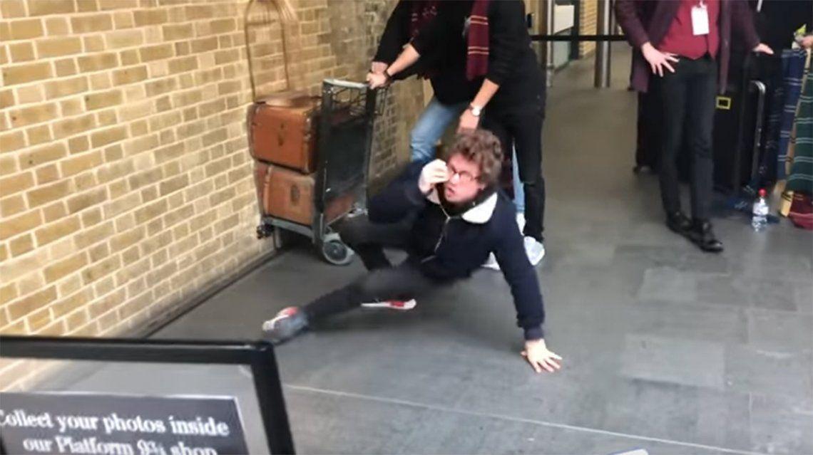 Video | Fanático de Harry Potter intenta atravesar la plataforma 9 ¾