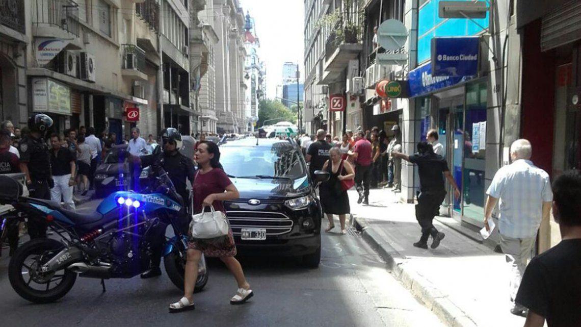 Tiroteo y conmoción en el centro porteño: una fueza, un empleado judicial y un ladrón heridos