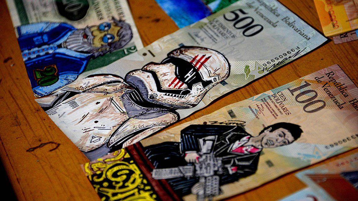 Galería | Realiza obras de arte en billetes contra la devaluación