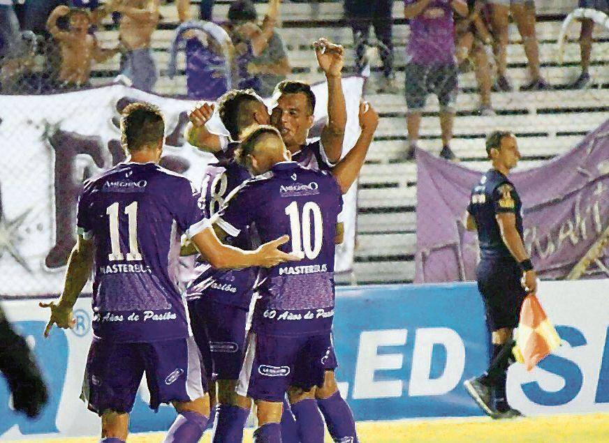 dTodos los abrazos para Favio Durán tras su tremendo golazo.