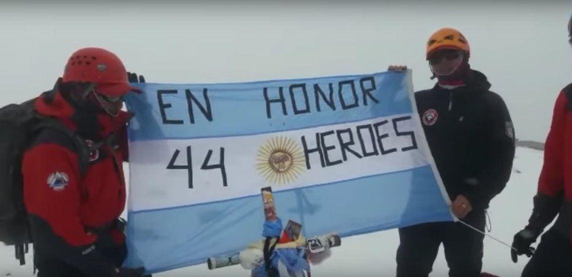 ARA San Juan: policías rescatistas de Mendoza homenajearon a las víctimas del submarino en la cumbre Aconcagua
