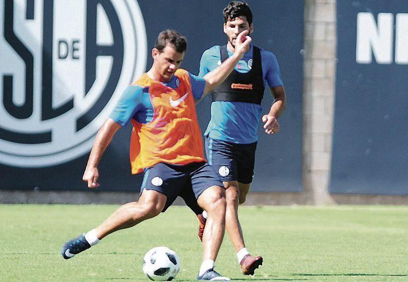 dValentín Viola le entra a la bocha en la práctica de San Lorenzo.