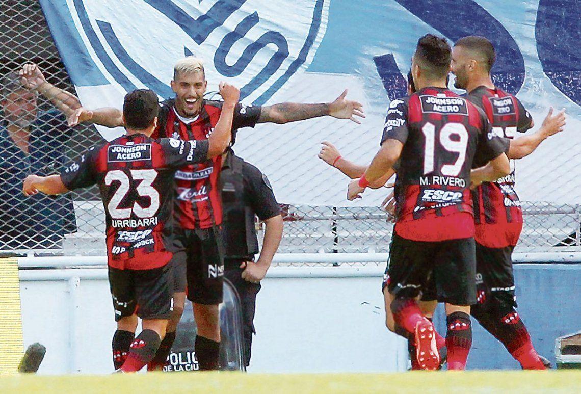 dEl platinado Adrián Rocky Balboa empieza a edificar la gran victoria de Patronato en Liniers y abre los brazos para recibir el saludo de Urribarri.