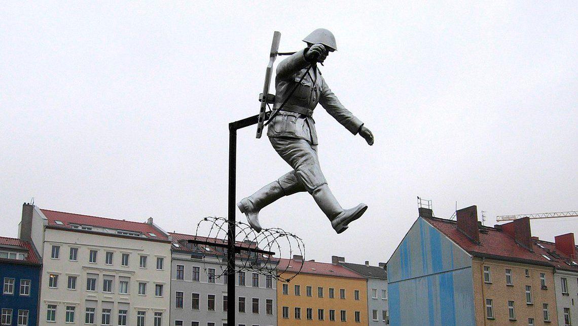 ¿Traidores o héroes? Las historias más espectaculares de quienes lograron traspasar el Muro de Berlín