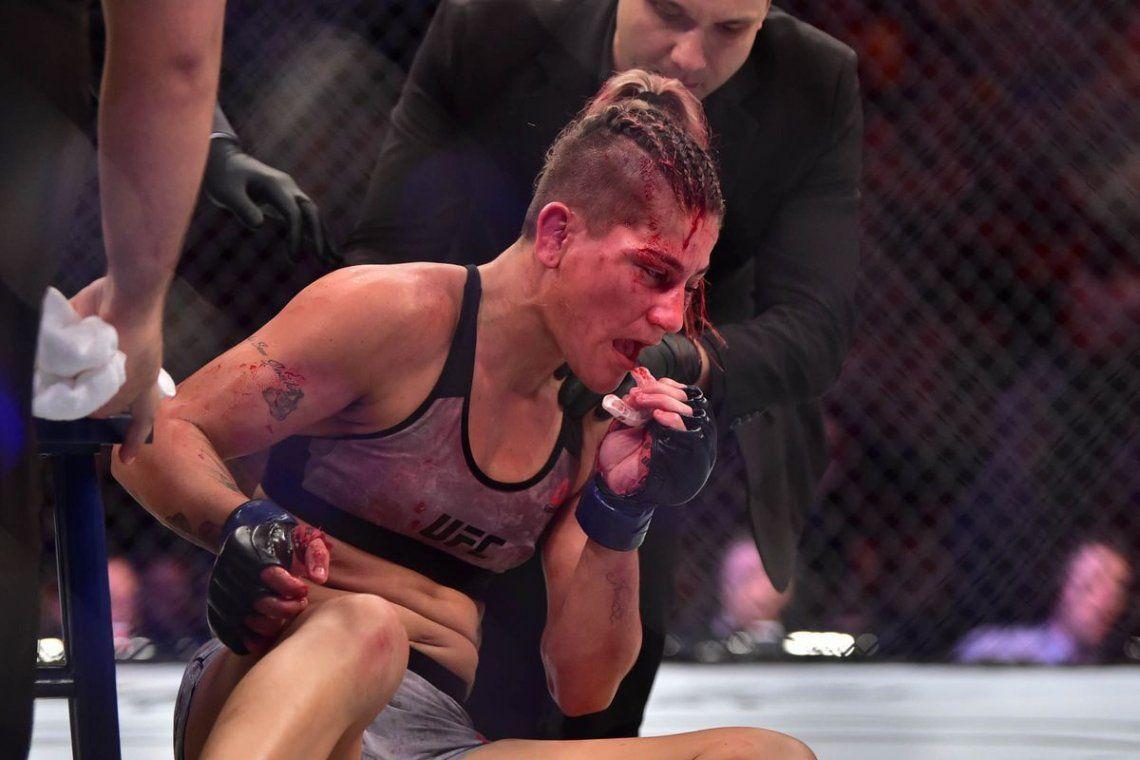 La cara más bestial del UFC: la paliza de una luchadora ante la mirada del árbitro
