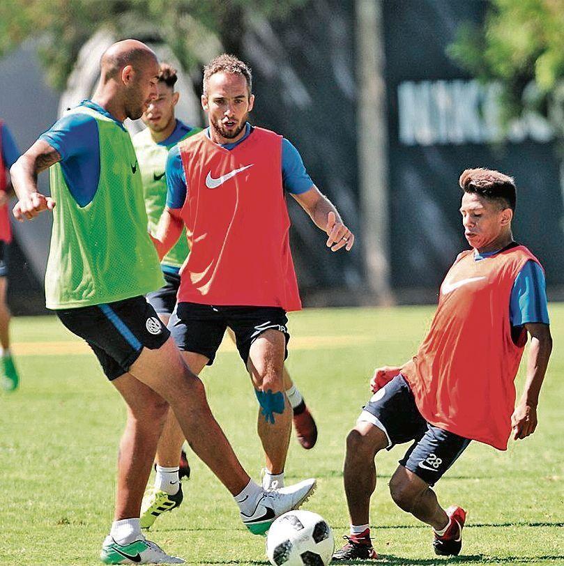 dNahuel Barrios pelea la pelota con Pichi Mercier
