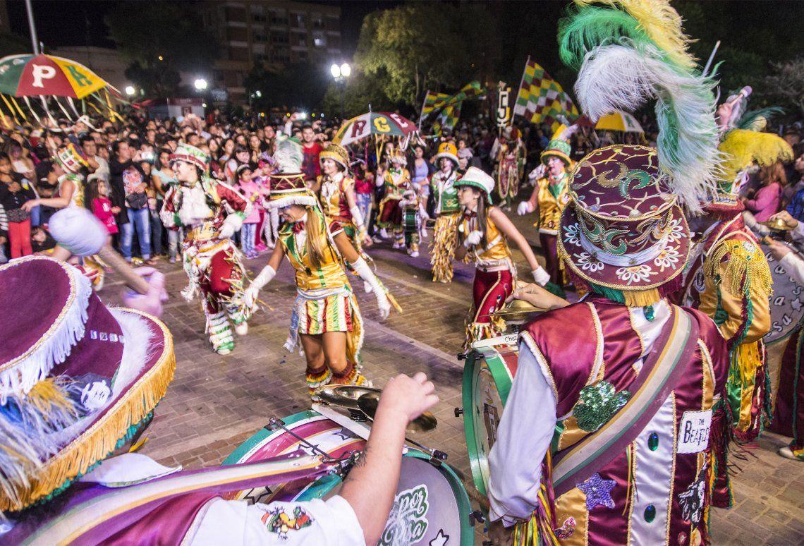 Murgas le pusieron color y ritmo al festejo en la Plaza San Martín de Morón.