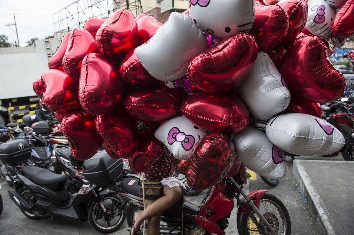 Un vendedor de globos en Manila
