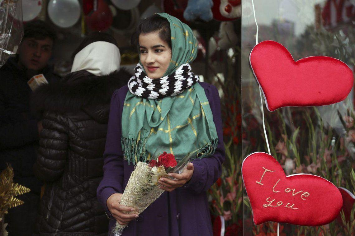 Una chica afgana sale de una florería en Kabul.