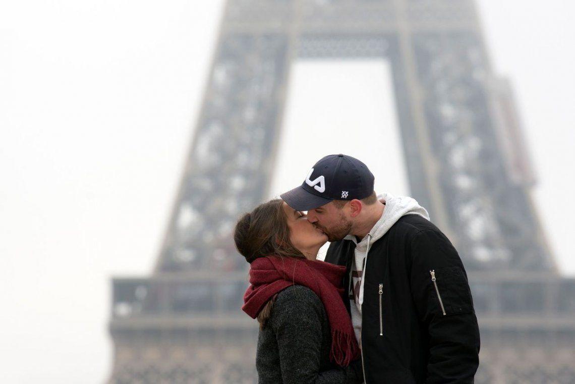 Una pareja se besa en la explanada de Trocadero en París.