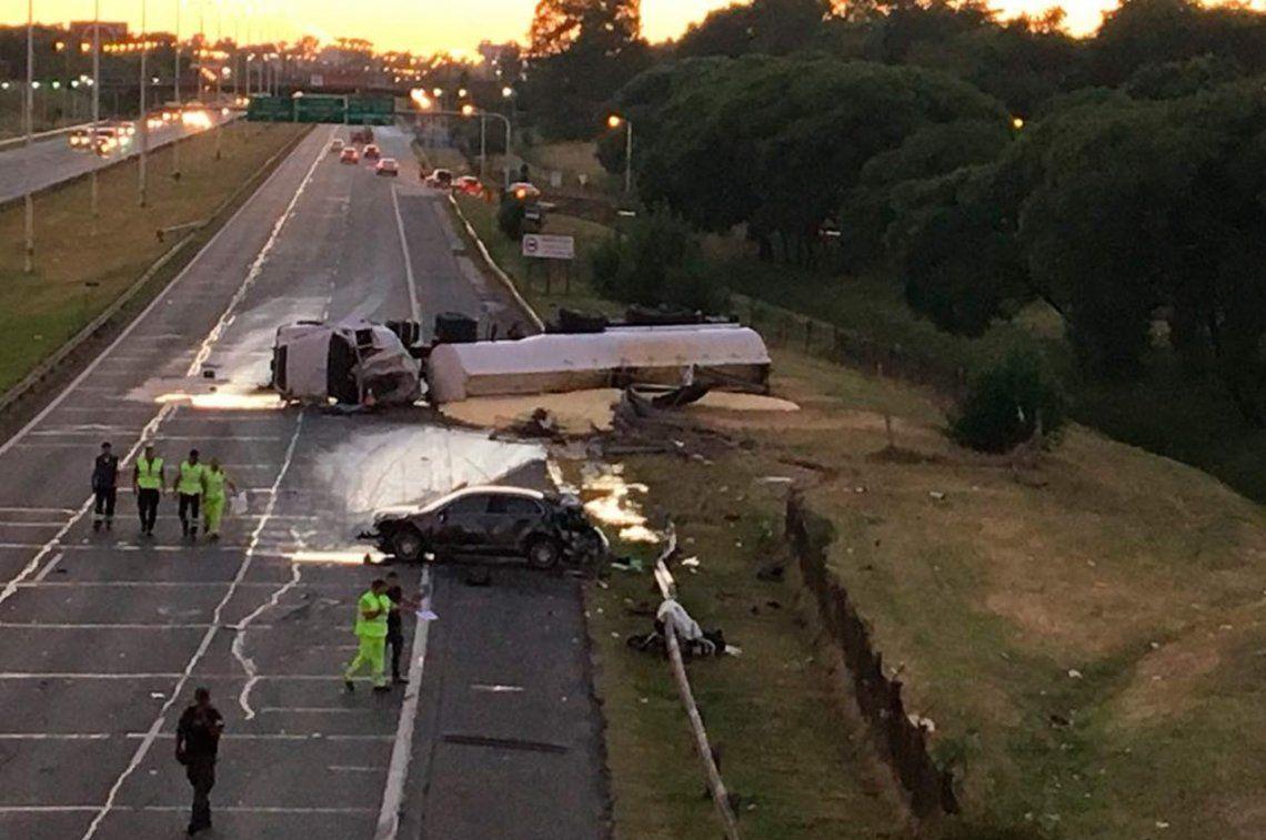 Acceso Oeste: alcoholizado, embistió a un camión cisterna y a una moto y mató a dos personas