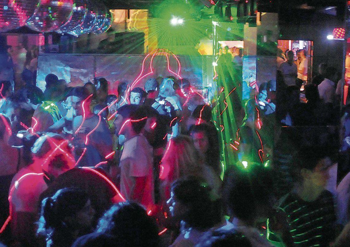 dLos jóvenes sólo reciben la información del punto de recogida y desconocen dónde se realiza la fiesta ilegal.