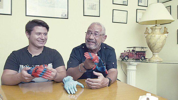 """dLos Cabrera, padre e hijo, muestran sus """"manos solidarias"""", que ya le han cambiado la vida a mucha gente que las necesitaba."""