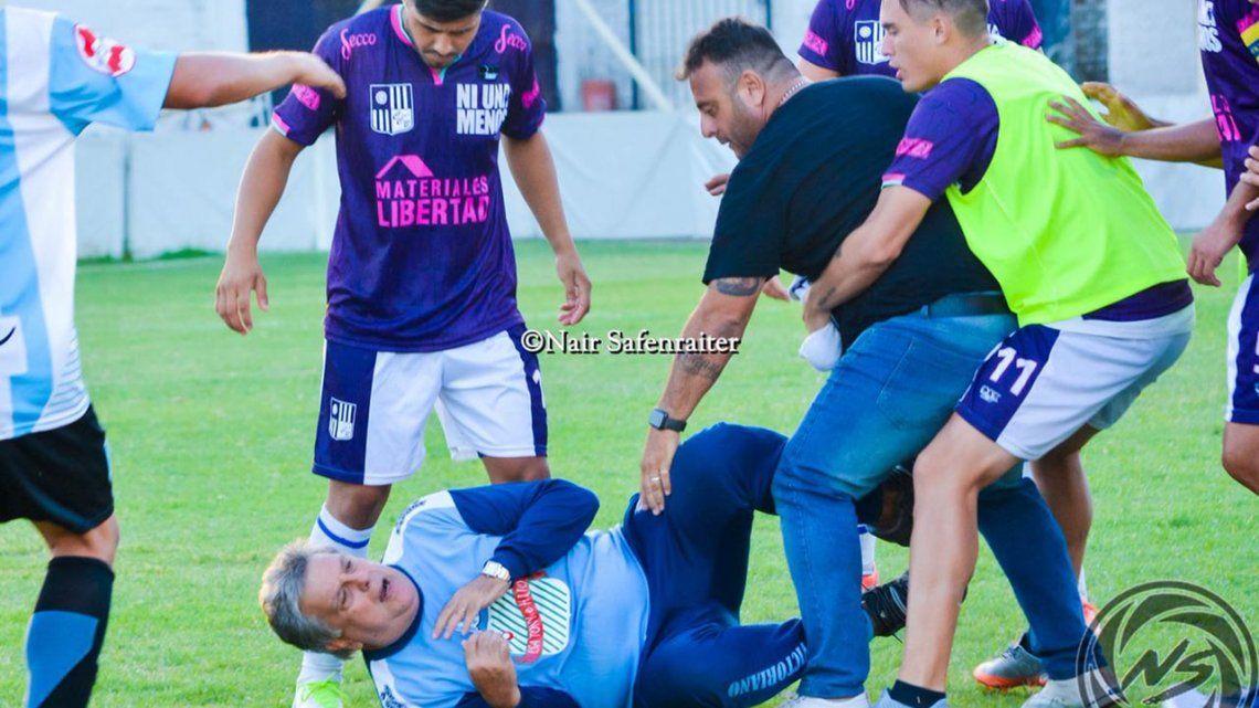 A Luis Ventura lo golpearon, lo tiraron y lo patearon en el suelo en un partido del Ascenso