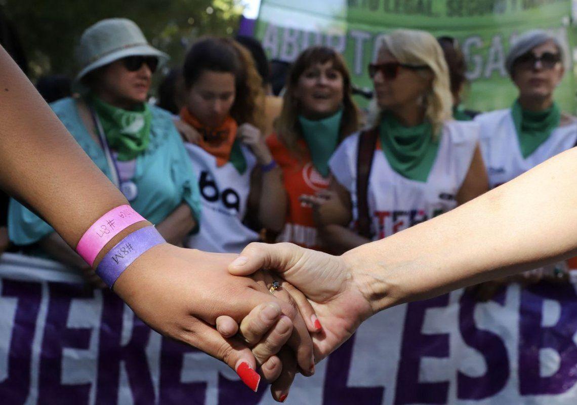 Una multitud de mujeres marchó por el aborto, la igualdad y contra la violencia