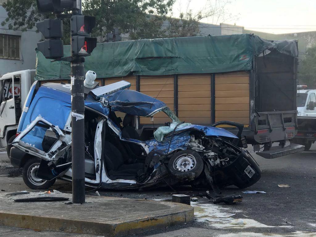 Nueva Pompeya: dos policías muertos en terrible choque