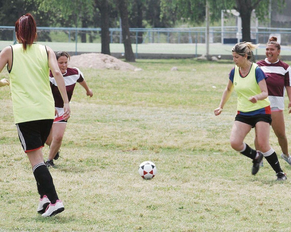 dLas chicas saltan al campo de juego.