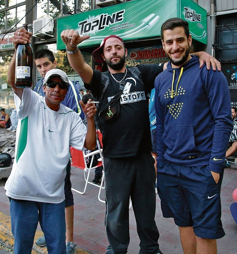 dHinchas de Boca fueron a buscar su entrada en el Club Uno.