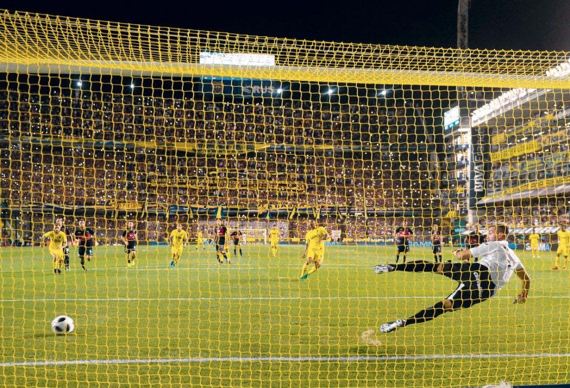 dLa ejecución desde el punto penal de Edwin Cardona viaja hacia la red. Boca ganó un partido muy emotivo.