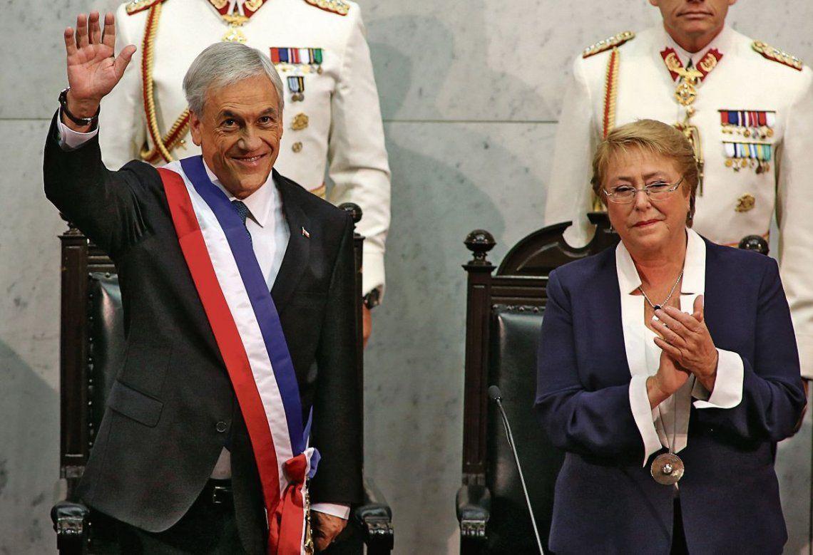 dPiñera saluda con la banda presidencial ante una emocionada Bachelet.