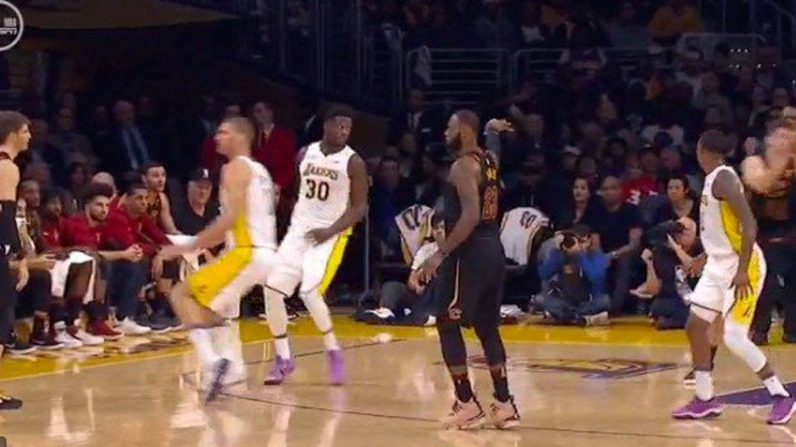 El increíble no look pass de LeBron James que ridiculizó a sus rivales