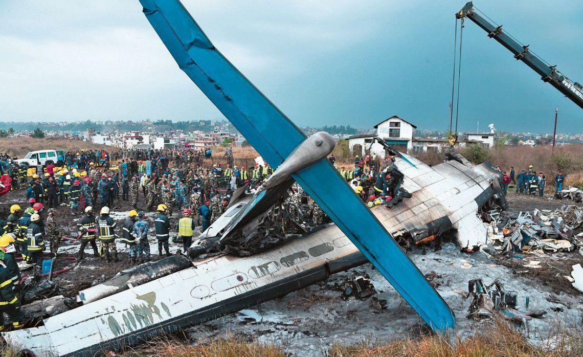 dLos rescatistas tuvieron que cortar varias partes del avión incendiado para buscar sobrevivientes.