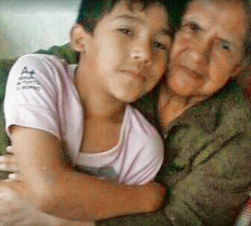 dUna imagen del chico muerto junto a un familiar cercano.