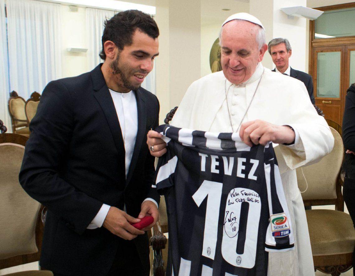2013 | Carlos Tevez le entrega una camiseta de la Juventus.