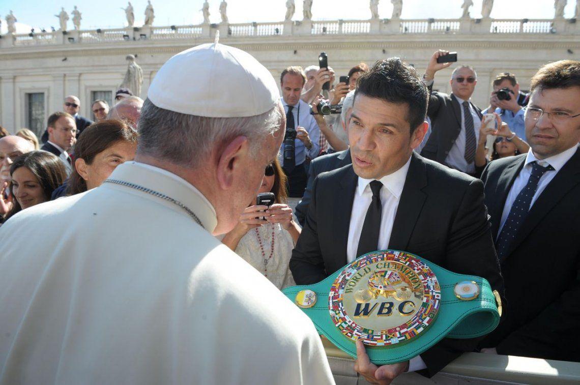 2013 |Sergio Maravilla Martínez le muestra su cinturón de campeón al Papa Francisco.