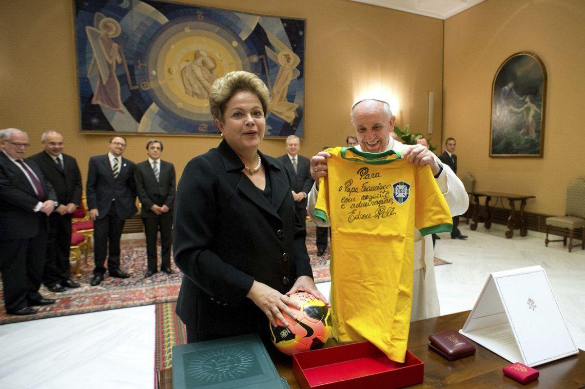 2014 | Francisco con la camiseta de la selección de Brasil. Regalo de Dilma Rousseff.