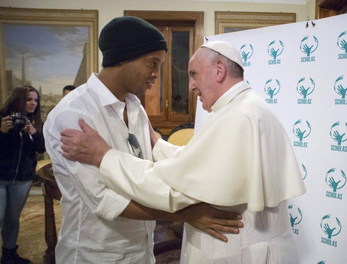 2016 |Ronaldinho y el Papa Francisco.